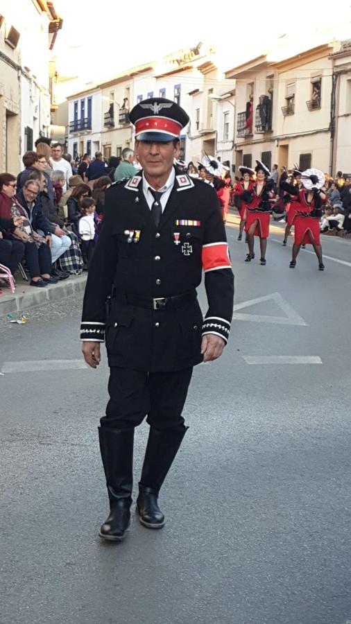 Een deelnemer aan de optocht, gehuld in een legeruniform.