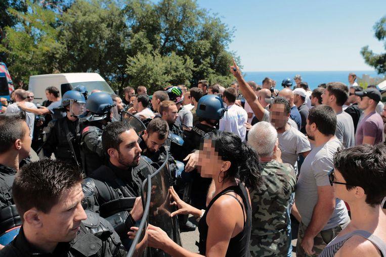 Op Corsica was het ook de dag na de gevechten onrustig. Beeld Afp