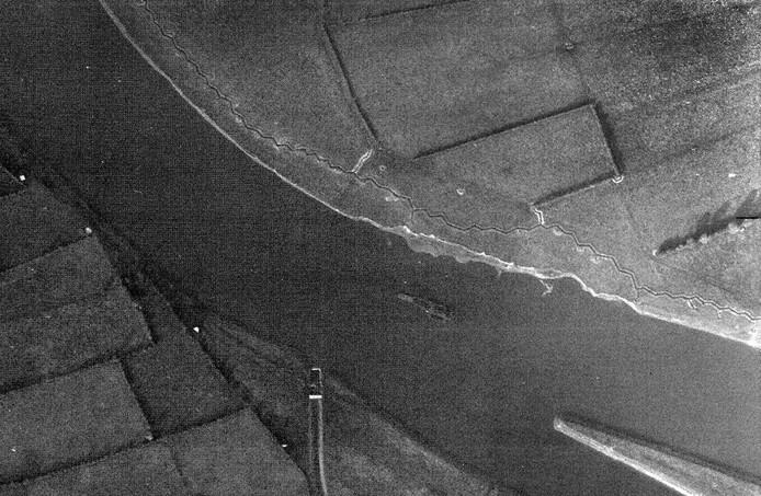 Luchtfoto uit de oorlog van de Maasoever tussen Sambeek en Heijen waar Operation Wilforce plaatsvond. Aan de overkant zijn de Duitse loopgraven zichtbaar.