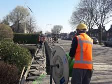 Op voldoende afstand blijven de glasvezelaanleggers werkzaam
