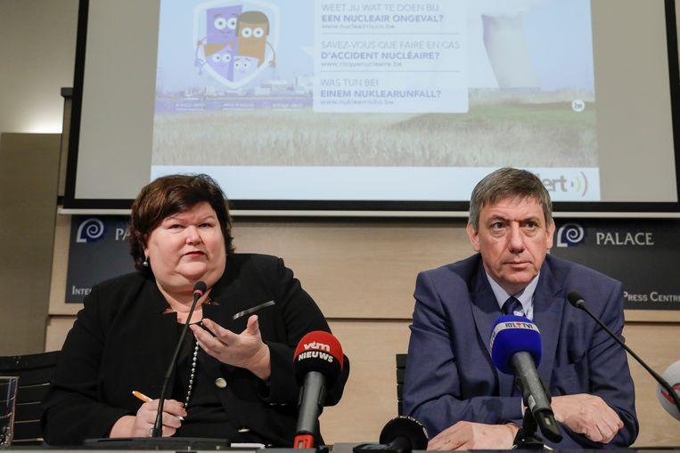 De ministers van Binnenlandse Zaken en Volksgezondheid, Jan Jambon en Maggie De Block, hebben vandaag het nieuwe nucleair en radiologisch noodplan voorgesteld. Blikvangers zijn de grotere rol van de lokale actoren en de uitbreiding van de verspreiding van jodiumtabletten.