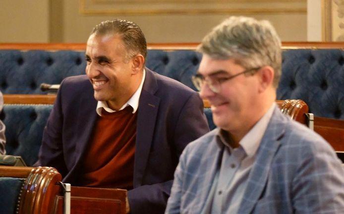Karim Bachar (sp.a), hier naast Johan Klaps (N-VA), had alle redenen om blij te zijn op de gemeenteraad: hij is nu schepen.