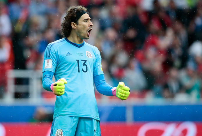 Guillermo Ochoa juicht na een redding namens Mexico op de Confederations Cup.