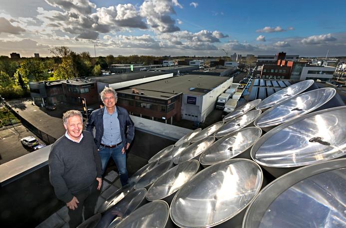 Joost Verhoeks (links) en Peter Penning van SunCycle bij de proefopstelling op het dak van hun kantoor in Eindhoven.