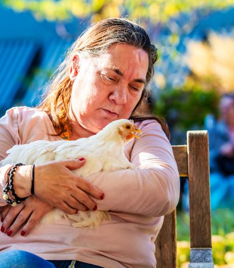 Bewoners van het Parkhuis in Dordrecht knuffelen met kippen