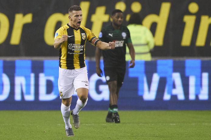 Bryan Linssen toont fanatisme na zijn goal voor Vitesse tegen FC Groningen.