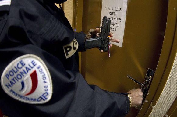 Franse agenten moeten de komende dagen hun dienstwapen na hun werkdag niet meer opbergen in het politiekantoor.