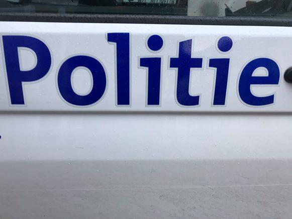 Drie politieagenten raakten gewond toen ze de jongeman wilden bedaren.