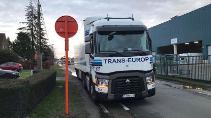 """Parkeerverbod in Eigenlostraat heeft nog niet gewenste effect: """"Politie zal optreden tegen vrachtverkeer"""""""