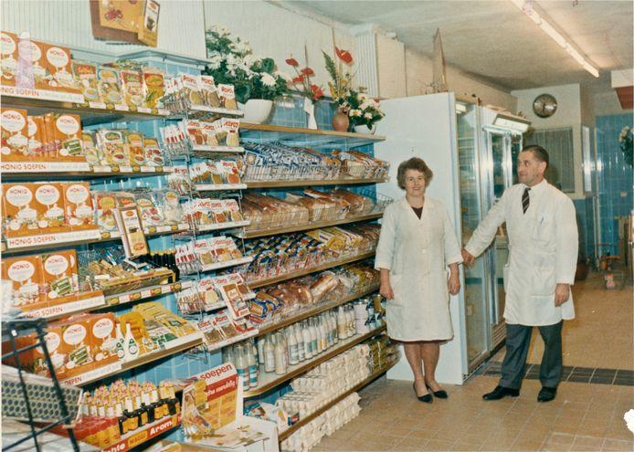 Adrie van Leeuwen en haar man Arie met wie ze de kruidenierszaak uitbreidde tot een supermarkt.