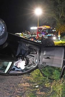 Auto raakt boom en eindigt op de kop in Lutten