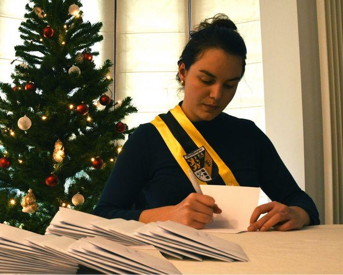 Als extra kerstcadeau deden de studenten er een schepje bovenop en schreven in totaal 200 brieven naar eenzame ouderen.