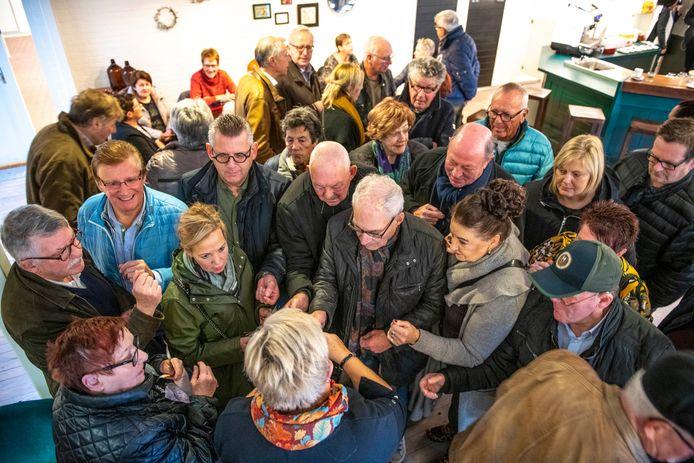 Kaartverkoop voor het Buutreednersfestival in Den Dullaert. Marlies de Vliegere deelt de nummertjes uit.
