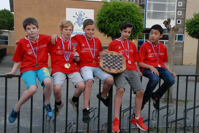 Het team van 't Schrijverke legde beslag op een verdienstelijke zesde plaats bij het NK schoolschaken in Gouda. V.l.n.r. (jarige Job) Thijmen van Elst, Timo Huijben, Rutger Verhoeff, Xavier van de Broek en last but not least Tommy van Doorn-Liu