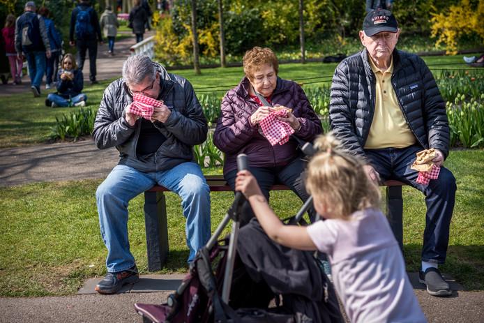 Jong en oud bezoekt het bloemenpark in Lisse.