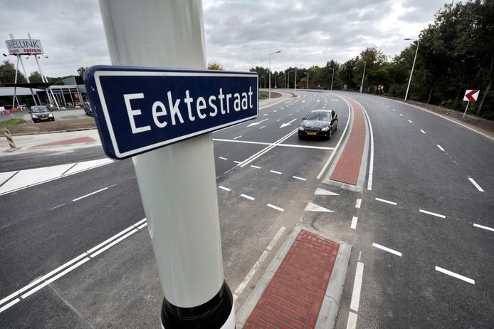 De gemeente laat onderzoeken of met de plaatsing van slimme verkeerslichten de doorstroming op de Eektestraat kan worden bevorderd.