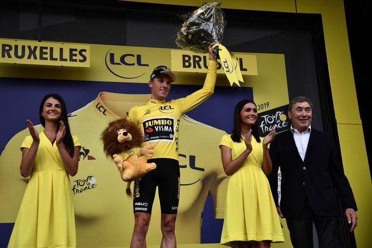 Mike Teunissen in de gele trui na de eerste etappe in de Tour de France. Rechts wielerlegende Eddy Merckx. Beeld AFP