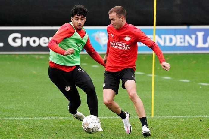 Ismael Saibari in duel met Mario Götze tijdens de training van PSV.