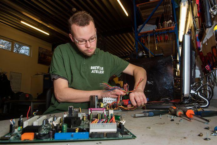 Medewerker Casper Hendriksen aan het werk in het Recycle Atelier bij 's Heeren Loo.