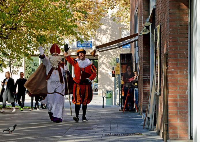 In de Spaanse zon komen Sint en Piet aangelopen. ,,Het blijft vreemd voor de lokale bevolking.''