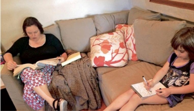 Journaliste Michelle McNamara (op de foto met haar dochter) schreef een boek over haar jacht op de Golden State Killer. Ze stierf aan een overdosis medicijnen, twee jaar voor hij werd gevat. Beeld