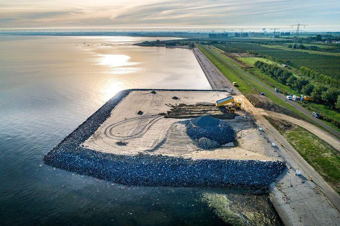 Luchtfoto van het werkeiland bij Krabbendijke. Het werk aan het eiland is stilgelegd.