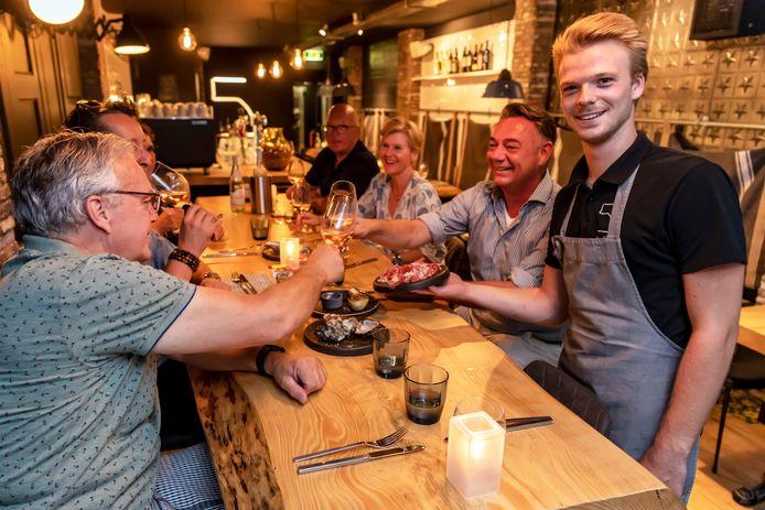 Restaurant  5. by Cas. Rechts eigenaar en chef Cas van Boxtel.
