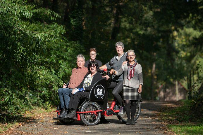 In Knegsel hebben vrijwilligers een initiatief opgezet, waarbij mindervalide dorpsbewoners een ritje kunnen maken in elektrische riksja's, samen met een begeleider. Vlnr Jos van Zon en Annie van Gorp (in de riksja), daarachter Henny van Dooren , Hannes Soetens en Jacintha van Turnhout.