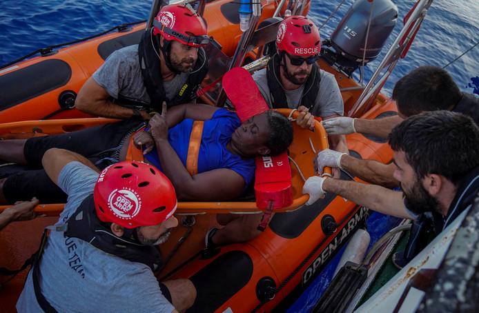 De Spaanse NBA-speler Marc Gasol (midden, met zonnebril) helpt met het redden van een Afrikaanse bootvluchtelinge op de Middellandse Zee.