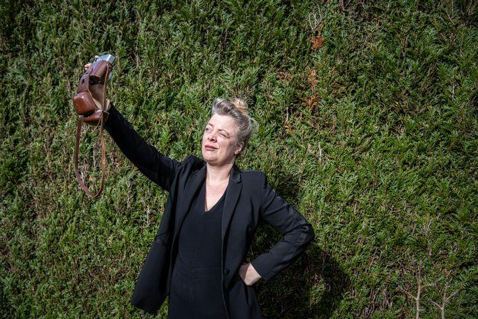 Hanneke Hendrix kan prima leven zonder smartphone. Al is voor een selfie een mobieltje wel veel handiger. Die 'leent' ze dan even.