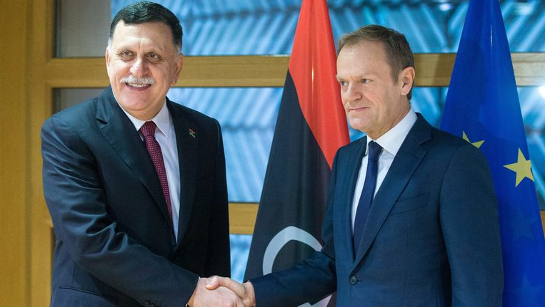 Eerste minister Fayez al-Sarraj van Libië (l) en Europees president Donald Tusk (r).