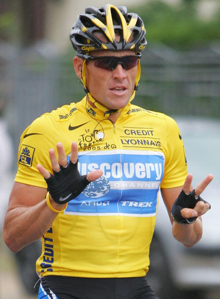Lance Armstrong maakt met zijn vingers het getal 7; zijn zevende tourzege.