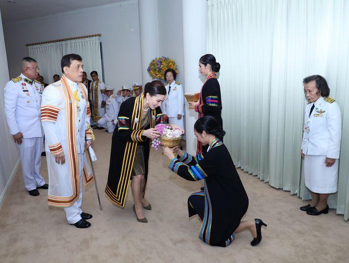 De Thaise koning Maha Vajiralongkorn Bodindradebayavarangkun (2e-L) en de Thaise koningin Suthida (M) ontvangen bloemen bij aankomst op een diploma-uitreiking van de Sakon Nakhon Rajabhat Universiteit in de provincie Sakon Nakhon,