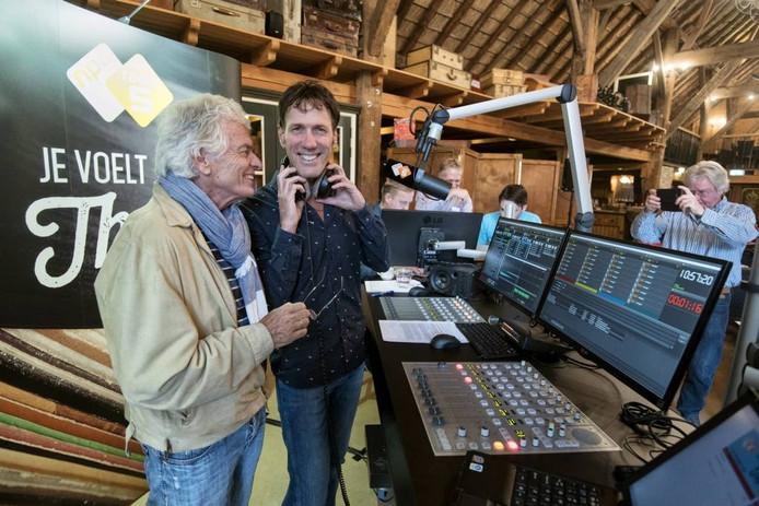 Zanger Ben Cramer met discjockey Hans Schiffers tijdens de uitzending. Foto: Gerard Burgers