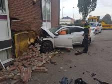 Mogelijk instortingsgevaar door auto die pui van kantoor ramt: 'Schrik zit er behoorlijk in'