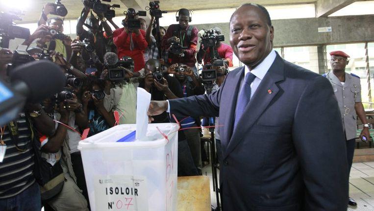 Alassane Ouattara tijdens het uitbrengen van zijn stem op 11 december in Cocody. Beeld reuters