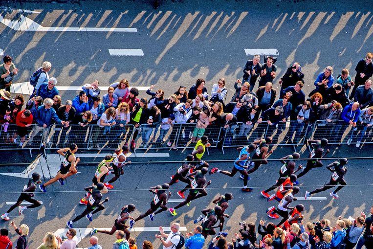 De marathon is een massa-evenement geworden. Afgelopen zondag in Rotterdam deden 17.000 mensen mee. Beeld EPA