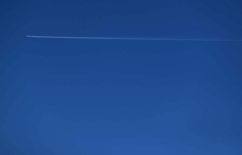 Door het beperkte vliegverkeer zijn er weinig witte condenssporen in de lucht te zien.