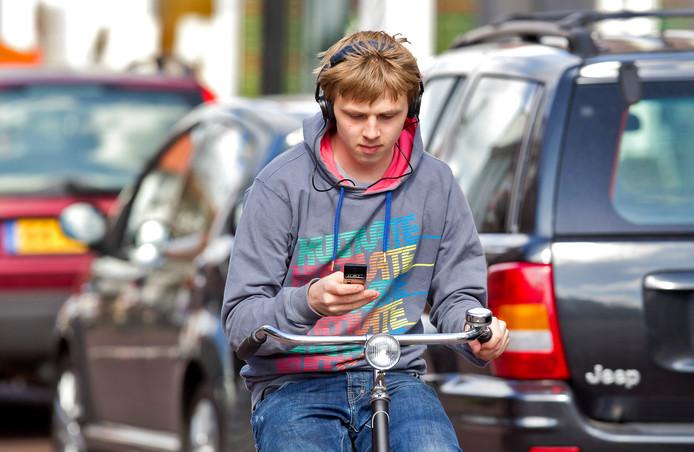 Appen op de fiets is sinds 1 juli verboden. Archieffoto ter illustratie.