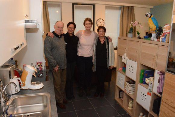 Bewoners Marc Janssens en Kristien De Mulder met directeur Veerle Van Hyfte en begeleidster Carine Vereecken.