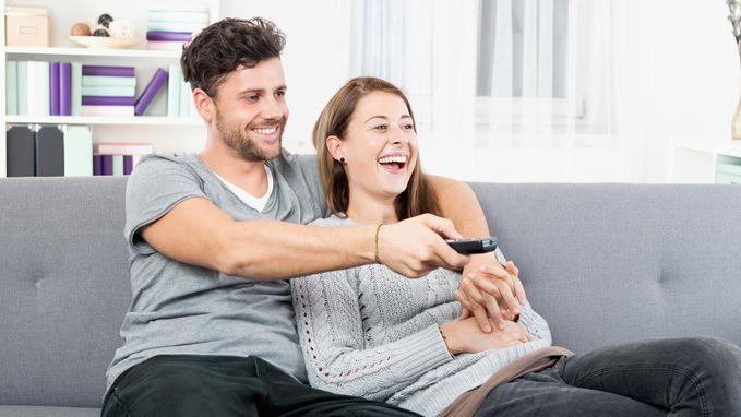Waarom samen televisie kijken goed voor je relatie is