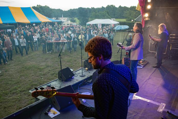 Erwin Nyhoff koestert warme herinneringen aan het eerste Witte Venne Festival, waar hij optrad met zijn eigen band. Hij hoopt wel dat er op de tweede editie nog meer bezoekers afkomen.
