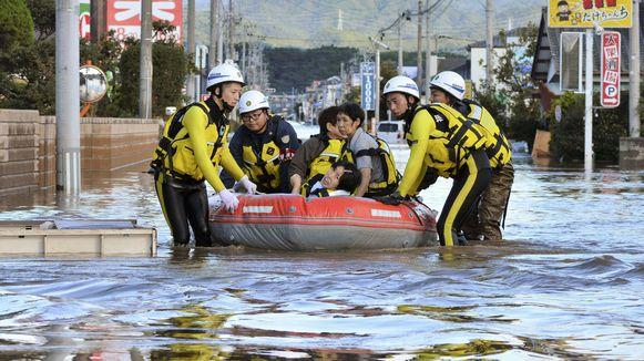 Inwoners worden per boot geëvacueerd in de regio Fukushima.