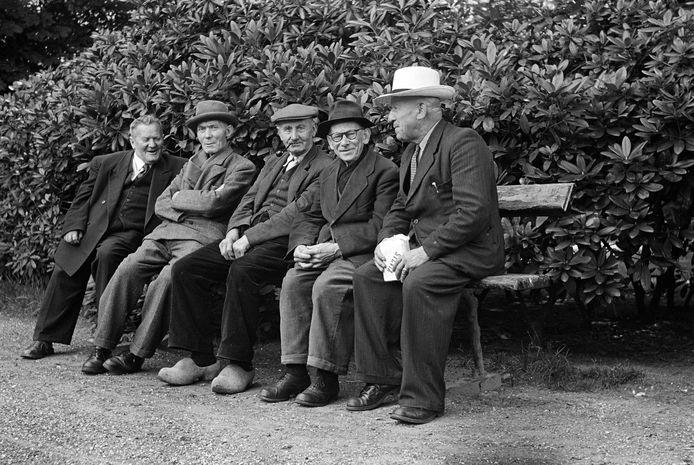 Gezellig op een bankje in het stadspark van Oss (juli 1952).
