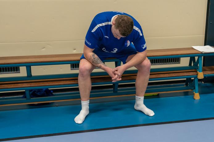 Tom Scholten treurt na de verloren bekerfinale van HV Huissen.