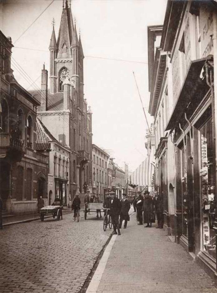 De Eindhovense Rechtestraat met het oude stadhuis (datering onbekend). Fotoarchief Eindhovens Dagblad
