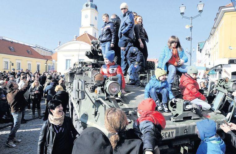 Een Amerikaanse tank maakt na een oefening in Letland, op de terugweg naar Duitsland, een tussenstop op het centale plein van het Poolse Bialystok, tot vreugde van de bewoners. Beeld ap