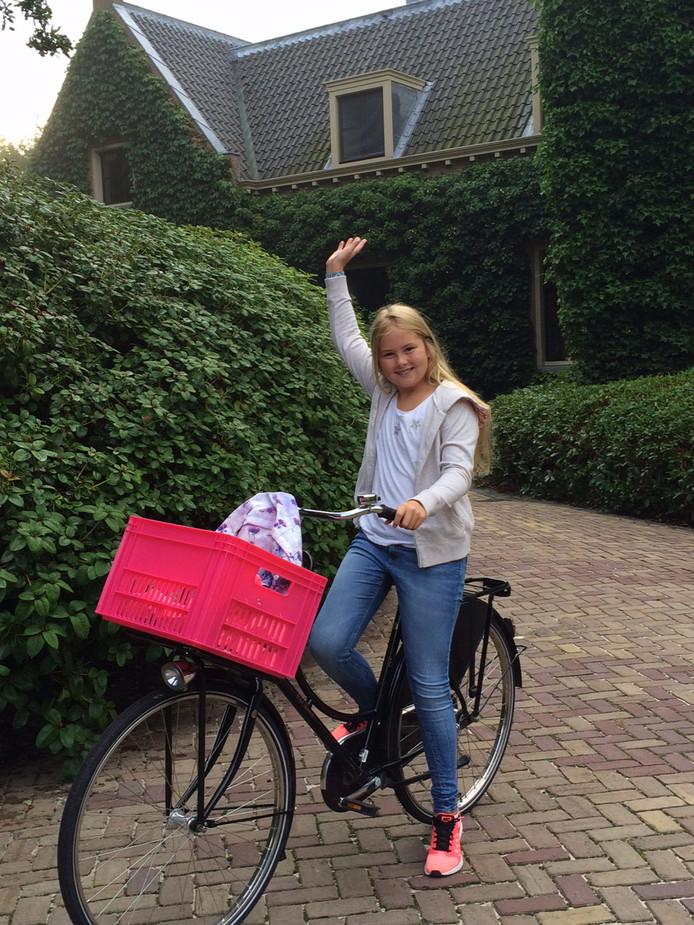 2015: prinses Amalia zwaait voordat ze op de fiets vanaf Villa Eikenhorst in Wassenaar voor het eerst vertrekt naar haar nieuwe middelbare school, het Christelijk Gymnasium Sorghvliet in Den Haag. De foto is gemaakt door haar vader, koning Willem-Alexander.