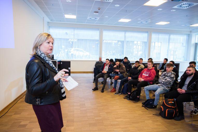 Isabel Vermeire, CEO van Vecarro, geeft de scholieren enkele sollicitatietips.