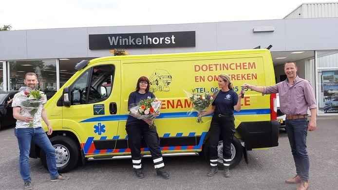 Het bestuur van Dierenambulance Doetinchem/Winterswijk is blij met de nieuwe bus: vlnr Björn Harbers, Olette van der Werf, Dorothy van der Roest en garagemedewerker Michel te Kamp.